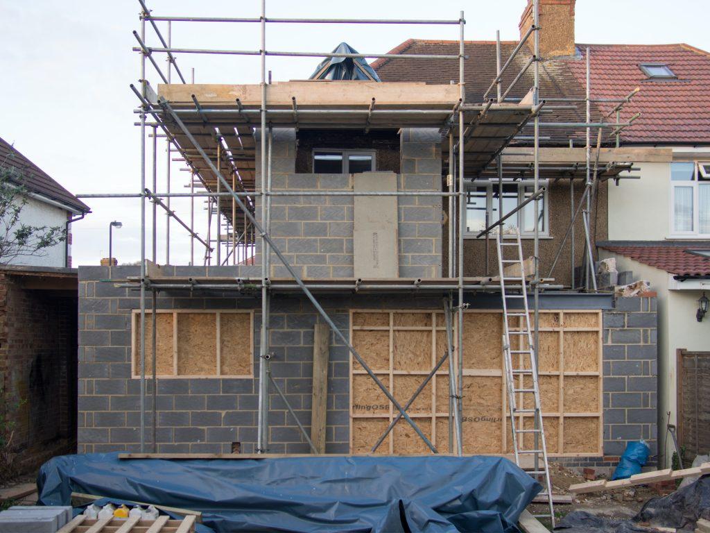 Maison en construction avec échafaudages